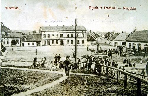Rynek w Trzebini z prawej widok na wjazd w ulicę Krakowską